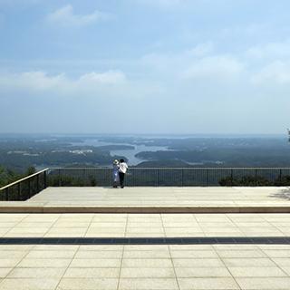 展望台デッキから風景を眺める人達の画像02