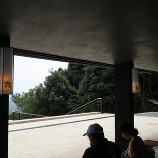 カフェで休む人達の画像02